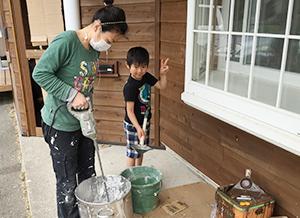 無垢で無塗装の床材を使用した木の香りする院内